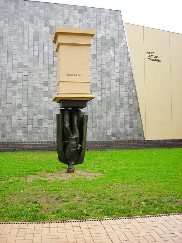 Памятник Чарльзу Ля Троубу