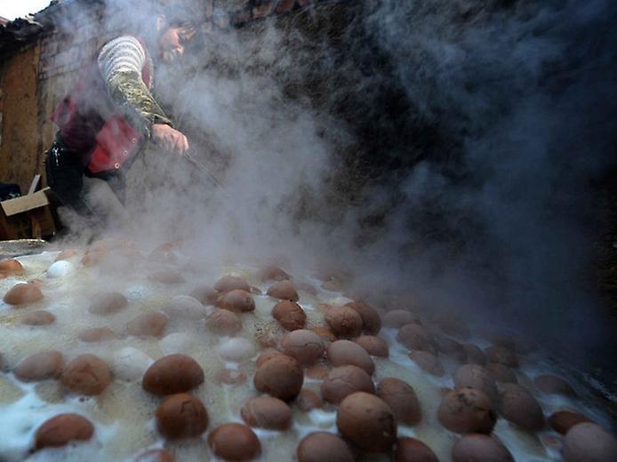 Кто ест вареные в моче яйца.