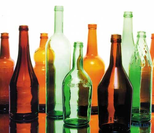 Пустая бутылка под столом