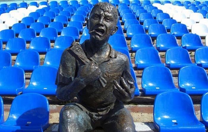 Статуя болельщика
