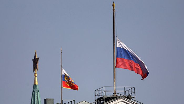 Траурный флаг России после падения самолета в Египте