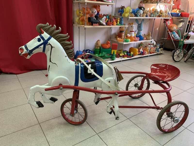 Педальный конь.