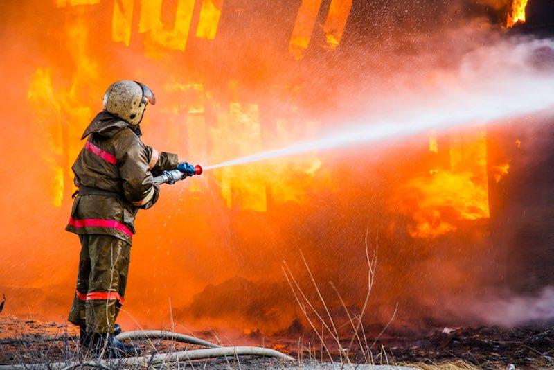 Почему вода тушит огонь