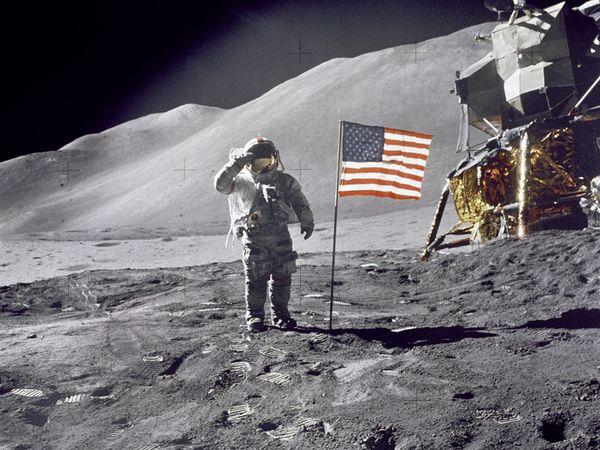 Кому принадлежит Луна