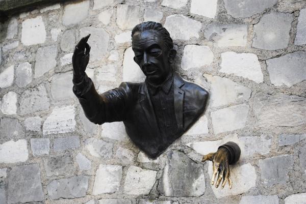Памятник целовеку проходящему сквозь стены