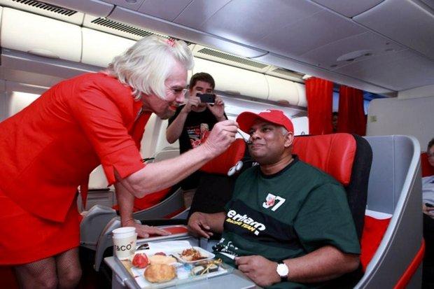 Миллиардер переоделся в стюардессу на спор 3