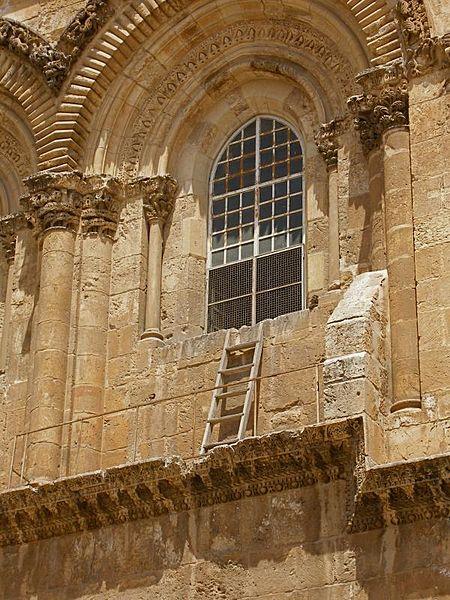 Почему на карнизе храма Гроба Господня уже больше века стоит лестница