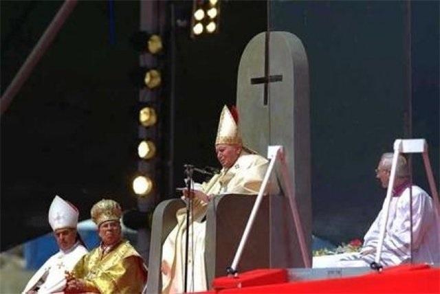 Перевернутый крест на троне папы Римского