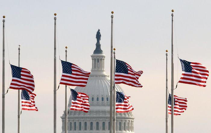 Траурные флаги США после терракта в Орландо