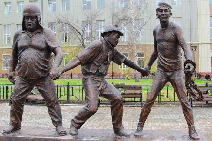 Скульптура героев Гайдая в Иркутске