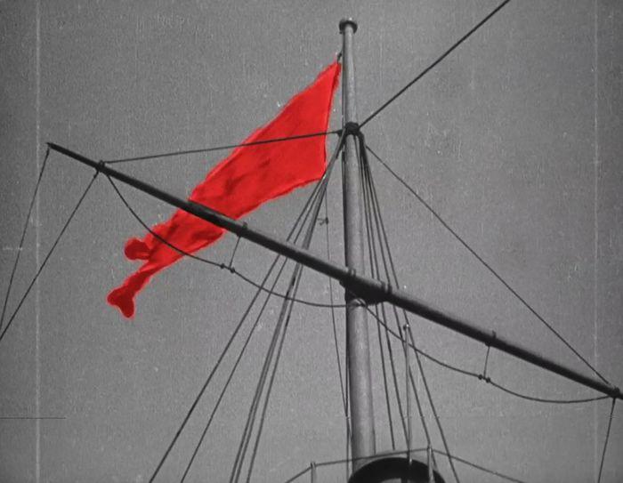 Как в черно-белом фильме появился красный флаг
