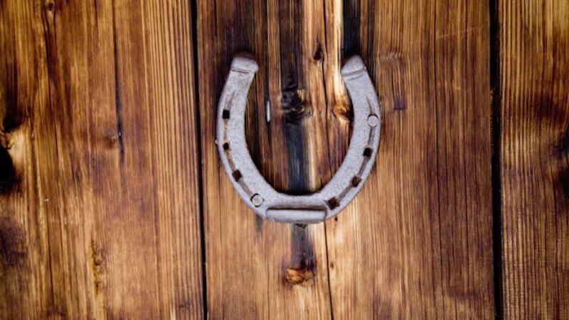 Зачем подкова на дверь