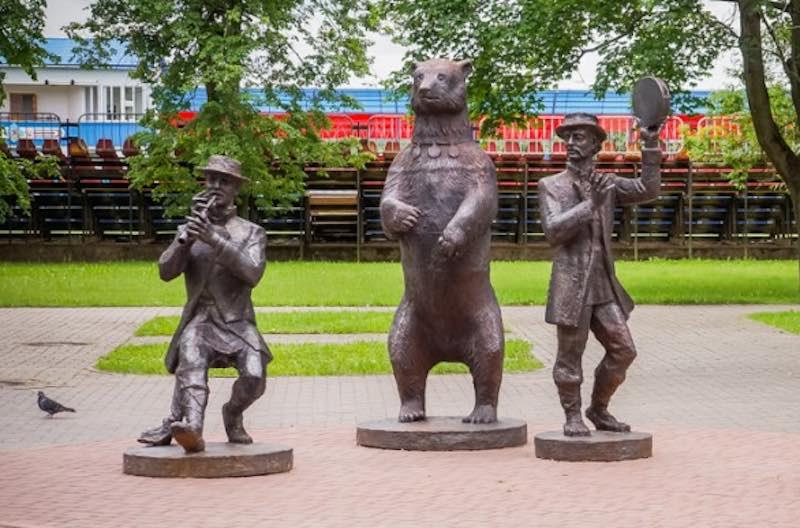 Памятник Медвежьей Академии в Сморгони.